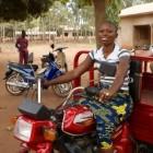 Muriel in Benin Noëllie Dossou op de brommer